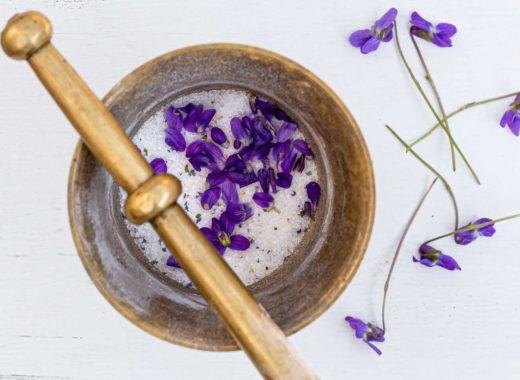 wilde Veilchen wild violets Mörser Zucker sugar