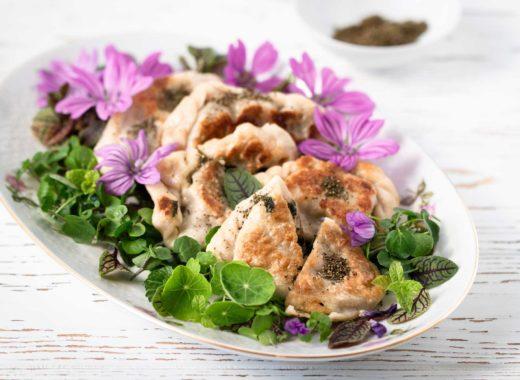 Kärntner brennesselnudeln auf Wildkräuter salat